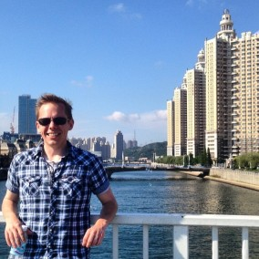 Visiting the sea and wandering the square on my last day in Dalian.